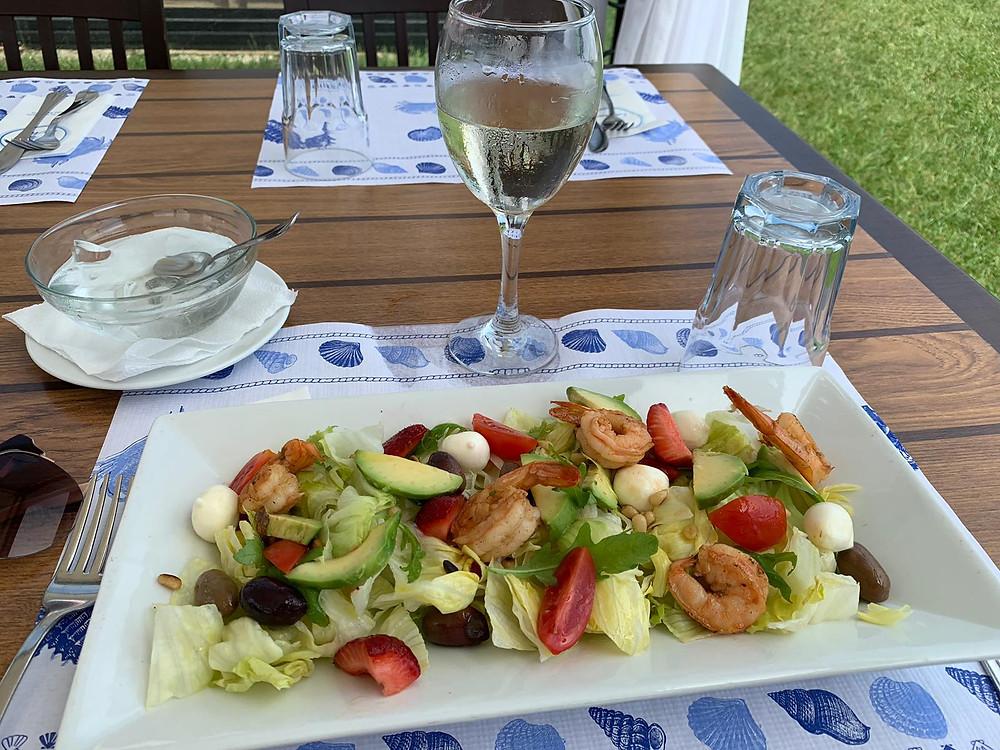 Простой и вкусный салат с креветками авокадо и клубникой с фото и пошаговым рецептом приготовления.