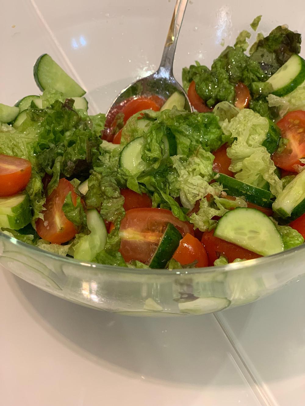 Простой рецепт овощного салата с лимонно-бальзамическим дрессингом. Низкокалорийное питание
