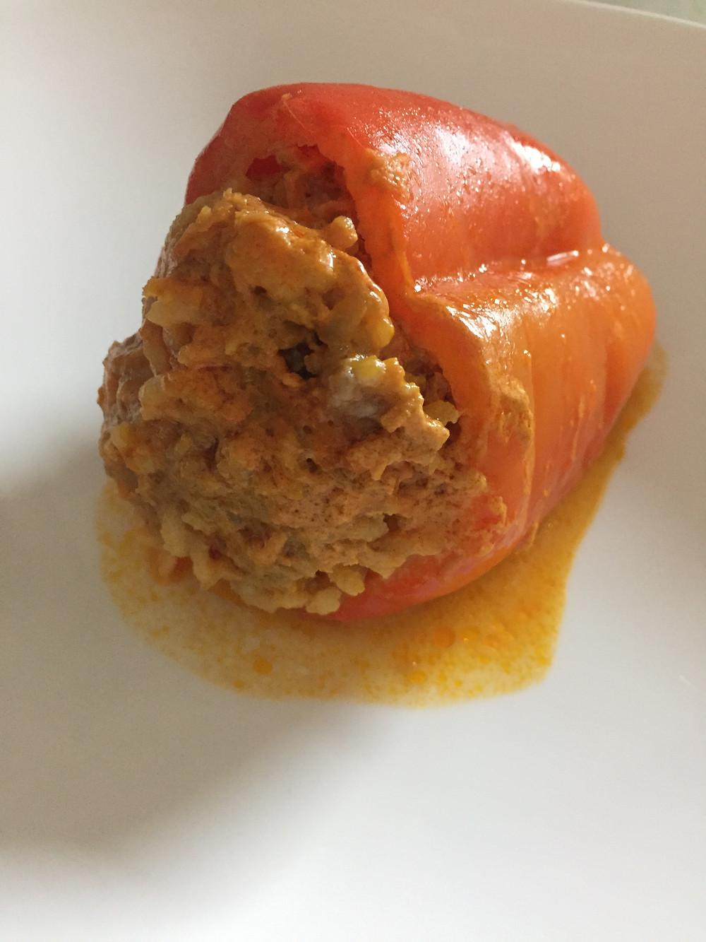 Простой рецепт фаршированного перца с рисом и мясом под пряным соусом