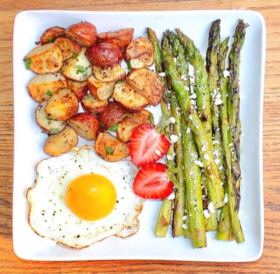 Простые рецепты. Рецепты пп.Яичница с молодым картофелем и спаржей