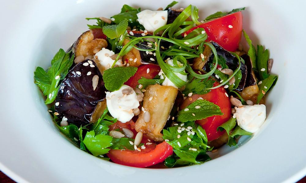 Простой и вкусный рецепт салата с жареным баклажаном, моцареллой и томатами черри