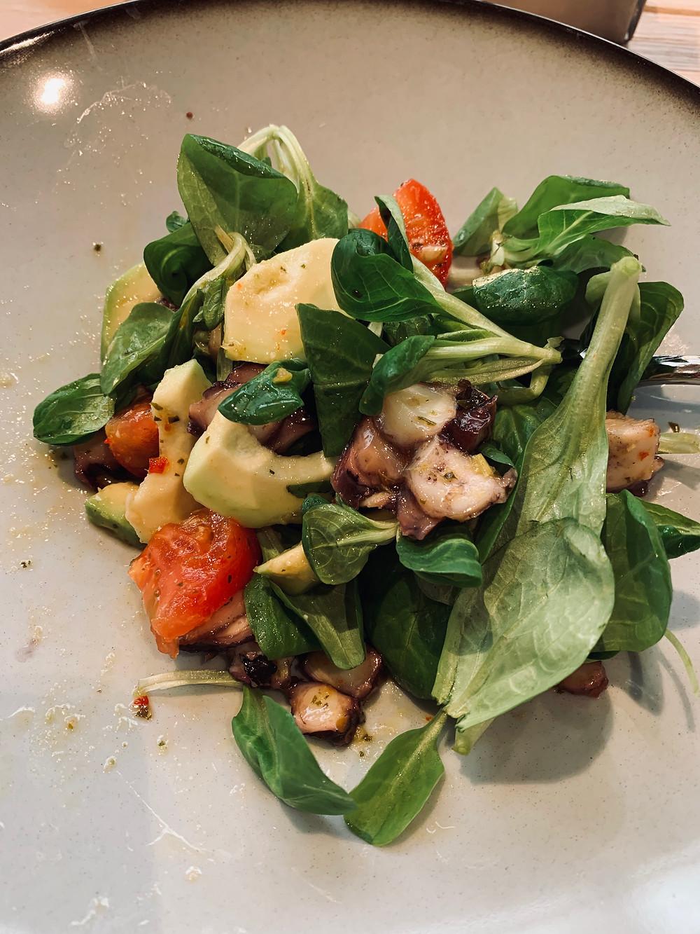 Необычный и простой в приготовлении салат с авокадо, помидорами и осьминогом