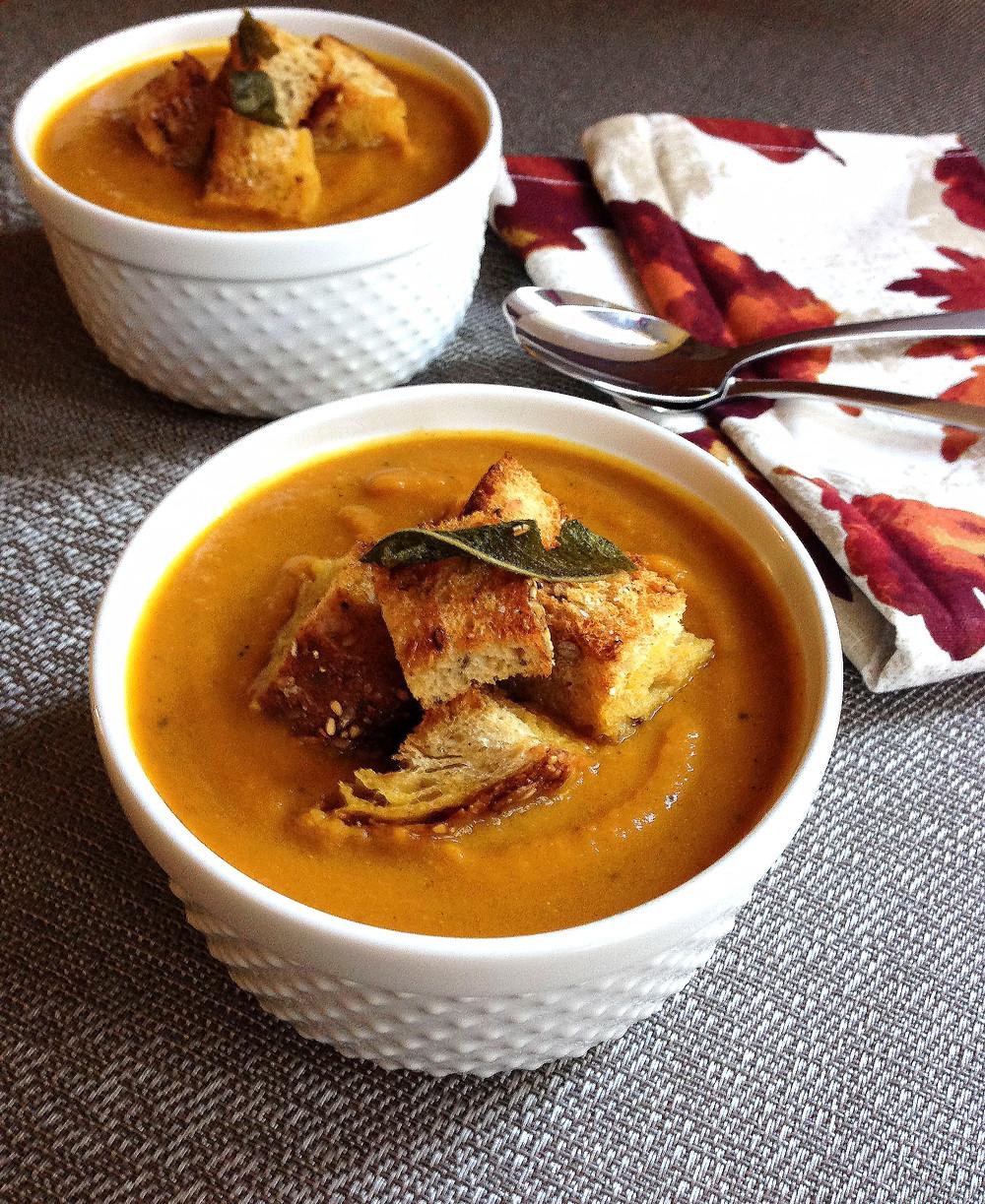 Простой рецепт тыквенного крем-супа с чесночными гренками. Готовится в течение 20 минут. Полезные рецепты.
