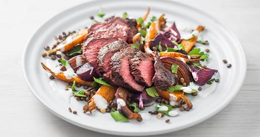 Необычная австралийская кухня. Стейк из мяса кенгуру с гарниром из овощей