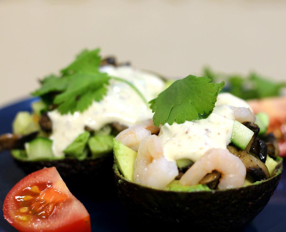 Простой пп рецепт салата с креветками, авокадо и шампиньонами