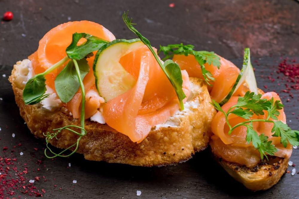 Простой рецепт вкусной закуски - брускетты с красной рыбой , огурцом и каперсами