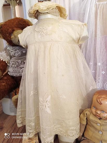 Adorable et jolie petite robe ancienne de fillette beige