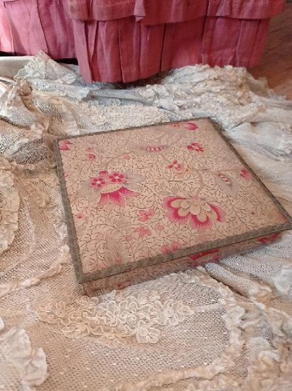 Moyenne et Ravissante boite ancienne en carton et tissu