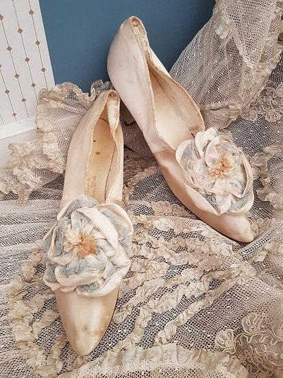Ravissante paire de chaussures en soie ivoire