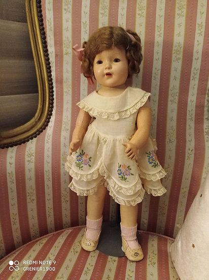 Délicate et ravissante Poupée vêtue d'une jolie robe