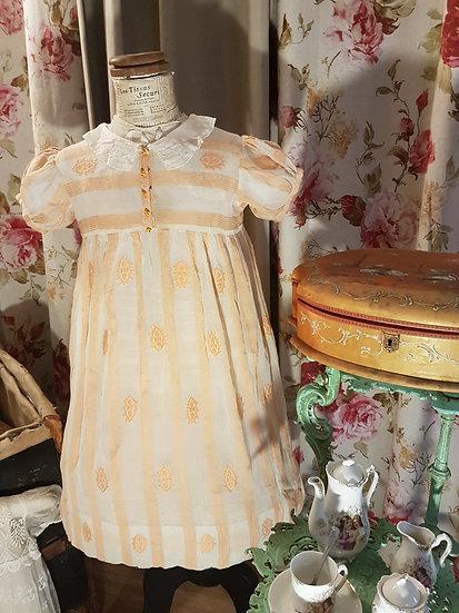 Ravissante petite robe aux doux tons orangés