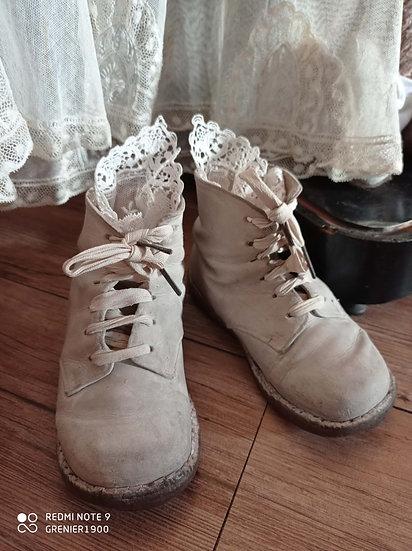 Mignonnes bottines d'enfants en cuir blanc et à lacets