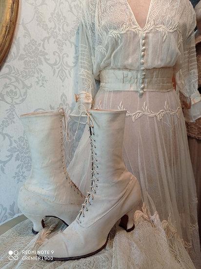 Charmante paire de bottines anciennes à lacets et en lin