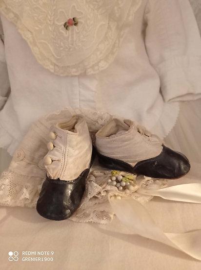 Mignonne paire de bottines anciennes pour enfants