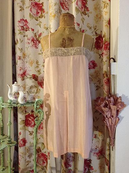Délicate chemise de nuit ancienne d'une belle couleur rose