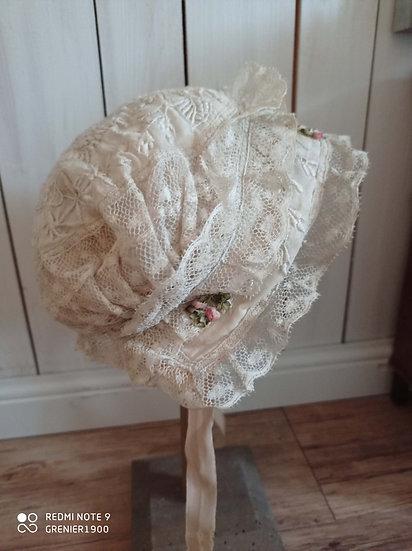 Superbe bonnet très finement décoré fin 1800 début 1900