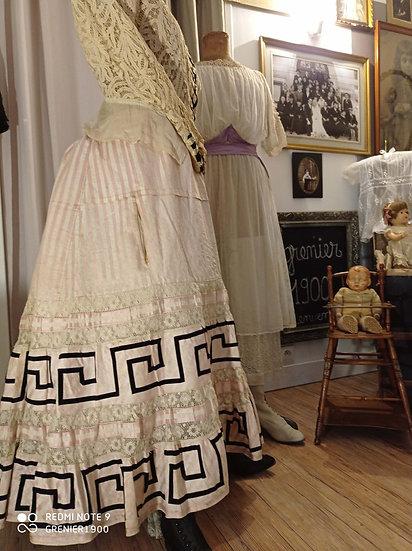 Superbe jupe ancienne en coton tissé fin et dentelles