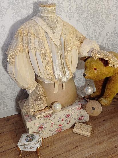 Tout en soie et dentelles pour cet éblouissant corsage ancien