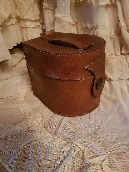 Belle et ancienne boite en cuir