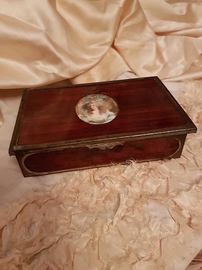 Élégant coffret ancien en bois et son médaillon