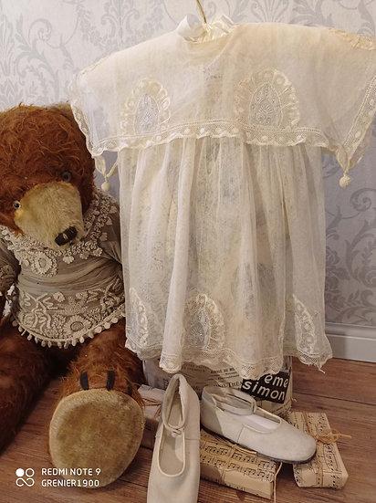 Ravissante petite robe ancienne de fillette avec des pompons
