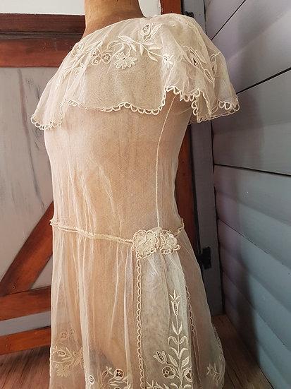Cette belle et grande robe de fille est brodée à la main