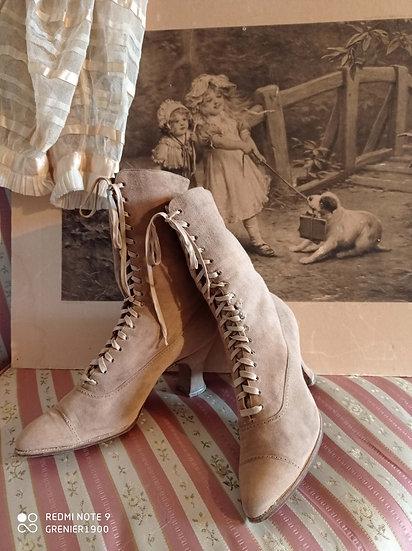 Charmante paire de bottines anciennes à lacets et en peau