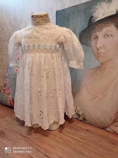 Ravissante petite robe ancienne de fillette blanche et son ruban