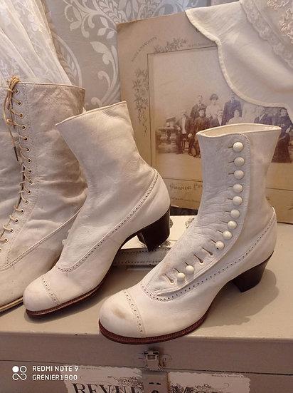 Ravissante paire de bottines blanches en peau à boutons