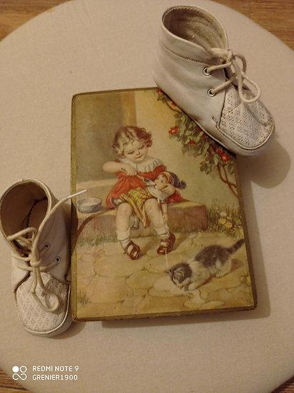 Adorable boite de bonbons en carton et petite paire de chaussures bébé