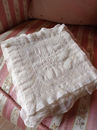 Très raffinée et ancienne pochette de mouchoirs en voile de soie