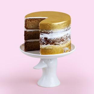 Gold und Weiß-Kuchen auf einem Stand
