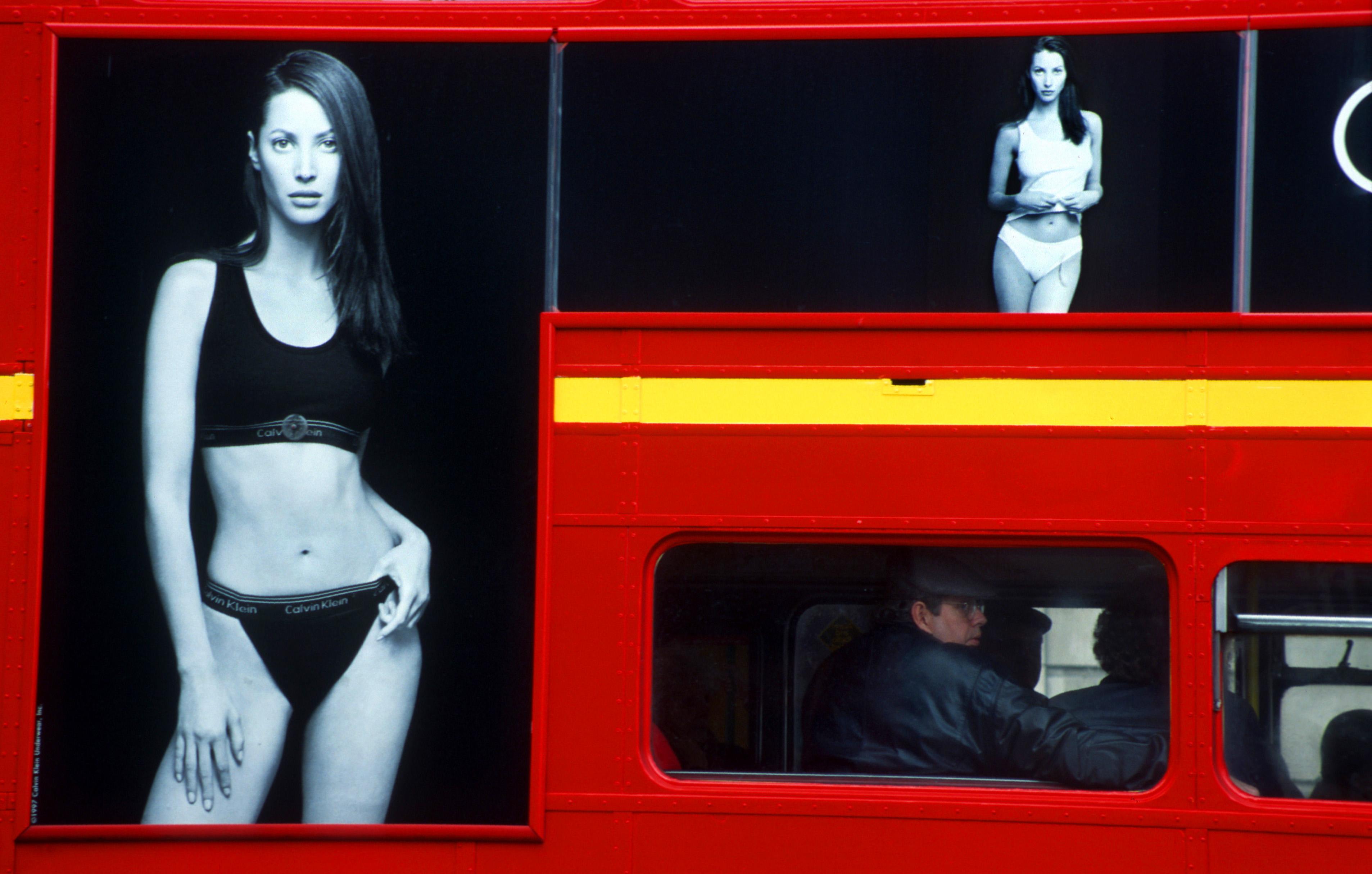 La Fille au Bus Rouge