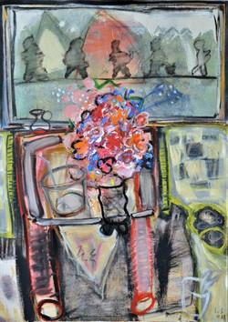 Een vrolijke bos bloemen voor een ongewassen raam