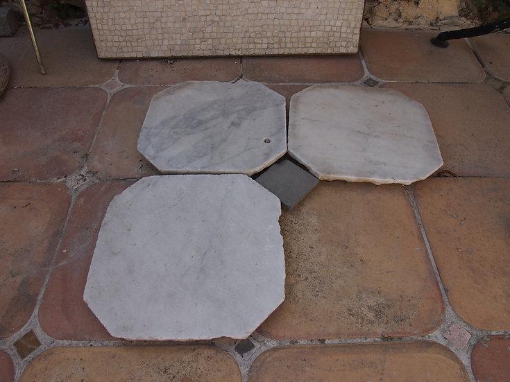 Vieux carreau marbre de Carrare avec cabochon ardoise