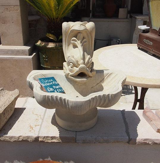 Petite fontaine en pierre en forme de poisson