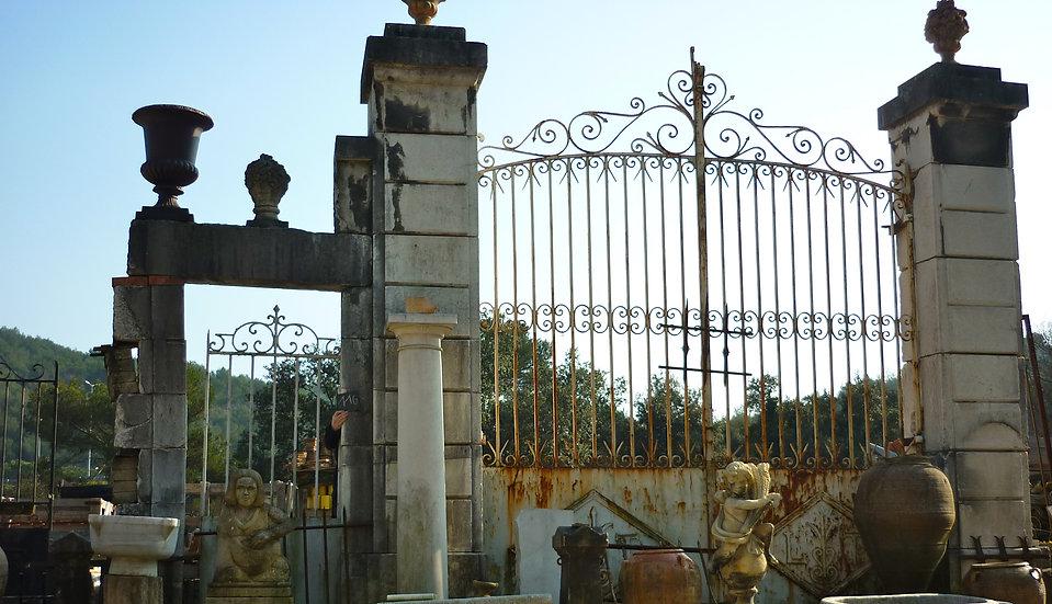 Pilier entrée château en pierre dure et encadrement en portillon