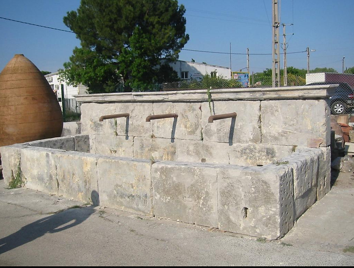Grande fontaine en pierre du Luberon
