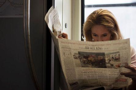 woman reading journal metro of berlin. EMY SATO ILLUSTRATION ILUSTRAÇAO PHOTOGRAPHY FOTOGRAFIA ART