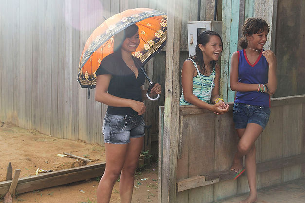 Three girls laughing in Pará