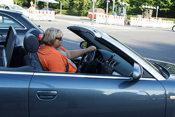 Woman drivng a car in Berlin  EMY SATO EMYSATO ILLUSTRATION ILUSTRAÇAO PHOTOGRAPHY FOTOGRAFIA ART