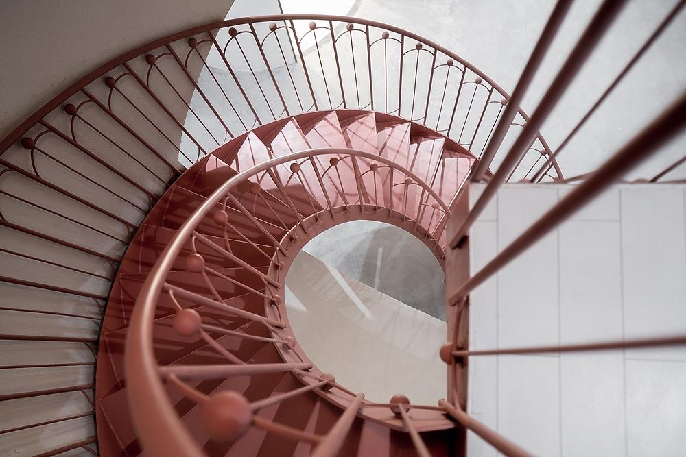 Quebrando o estilo futurista com uma linda escada caracol salmão