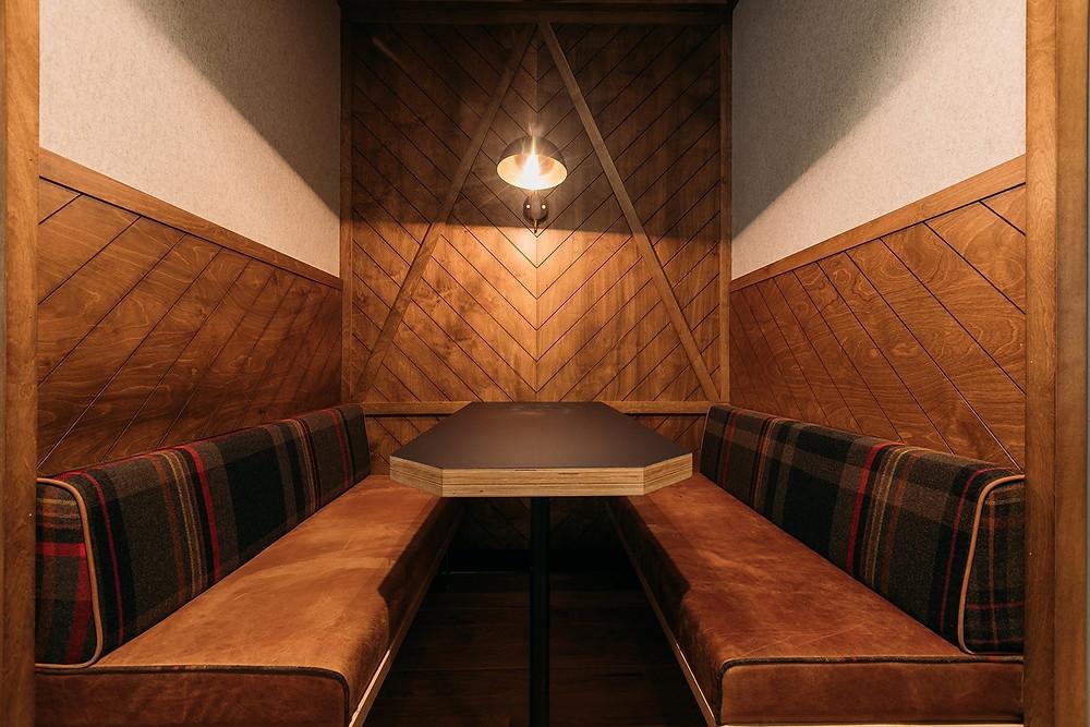 canto para reunião tendo a madeira como peça fundamental