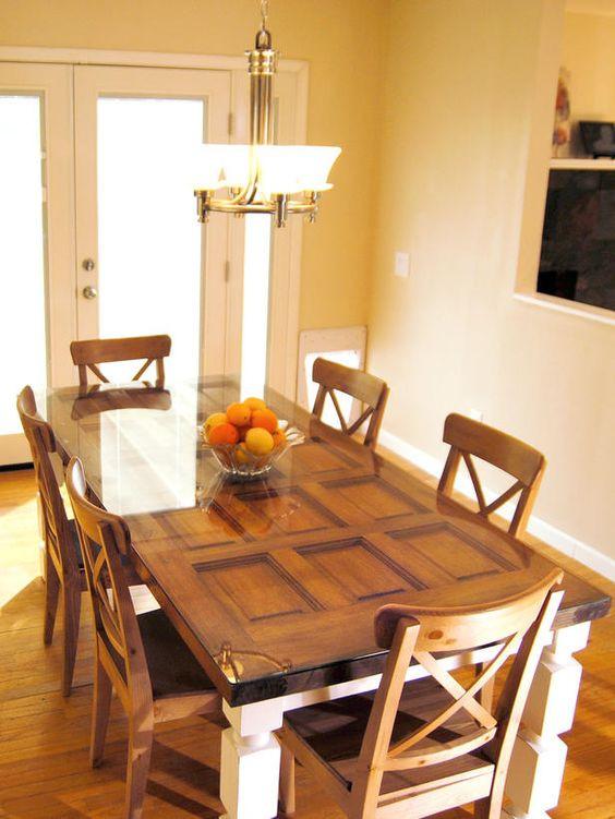 porta com camada de vidro formando linda mesa de jantar