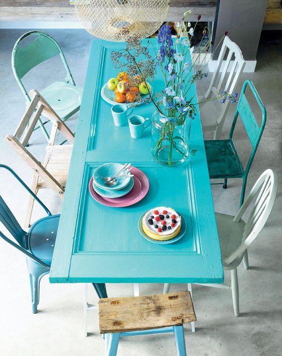 porta colorida em azul para mesa de jantar