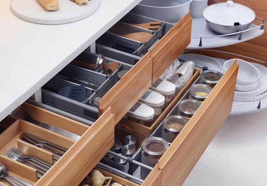 Cozinha organizada com gavetas projetadas