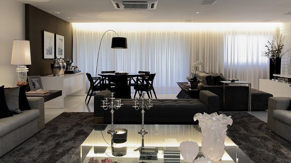 sala de apartamento grande, com decoração moderna em preto branco e cinza