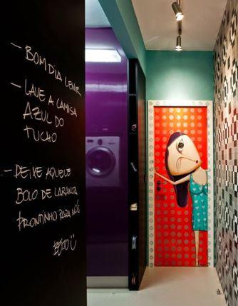corredor com porta colorida e cores nas paredes