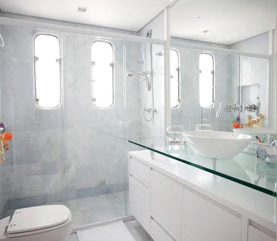 vidro em banheiro trazendo leveza
