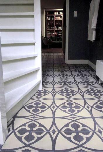 Corredor com chão decorado